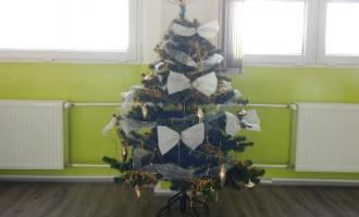 Nazdobený stromeček ve školní družině